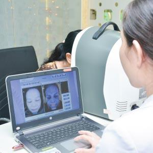 Doctor uses the skin scanner to analyze the customer's skin index accurately.