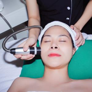 Massage with natural acid derivatives to whiten the skin.